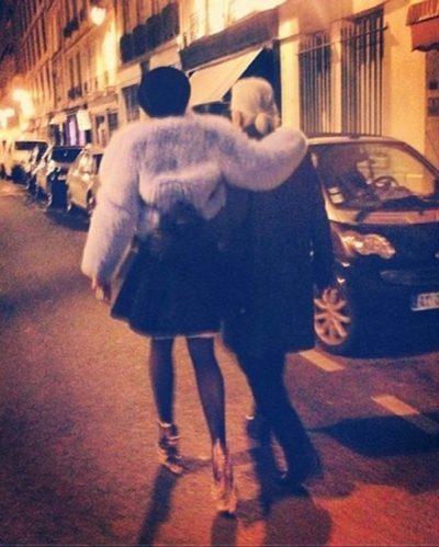 """""""PO NGRINIM DHE QESHËM GJITHË NATËN""""/ Këngëtarja shqiptare rrëfen takimin me Karl Lagerfeld"""