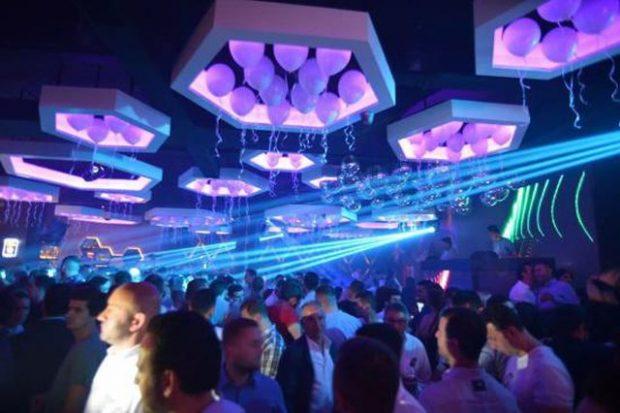 DALIN FOTOT/ Kryeministri dhe bashkëshortja filmohen duke festuar në club nate