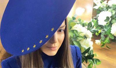 KONCERTI PËR PAVARËSINË E KOSOVËS/ Elvana Gjata shkëlqen me këtë fustan mbresëlënës (FOTO)