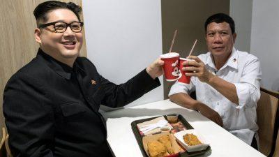 """""""TAKIMI MIQËSOR""""/ Presidenti i Filipineve dhe Kim Jong-un drekojnë bashkë?! (FOTO)"""