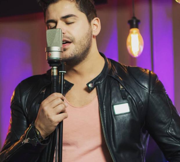 KAQ E KISHTE DHE BEQARIA E SHPAT KASAPIT/ Këngëtari flet për të dashurën dhe fejesën