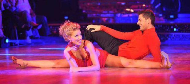 """""""TË TA LËPIJ PAK""""/ Gazetari shqiptar vendos në siklet balerinën e njohur (FOTO)"""