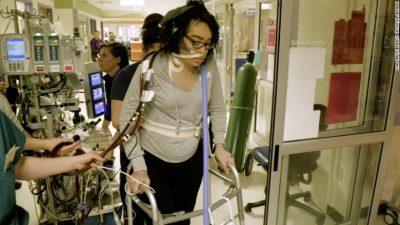 PREKËSE/ Adoleshentja largohet në këmbë nga spitali me aparaturën që e mban në jetë