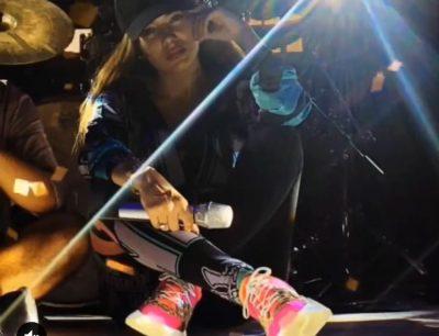 U fSHINË TANI/ Ja çfarë bën Elvana në Prishtinë pak orë para koncertit (FOTO)