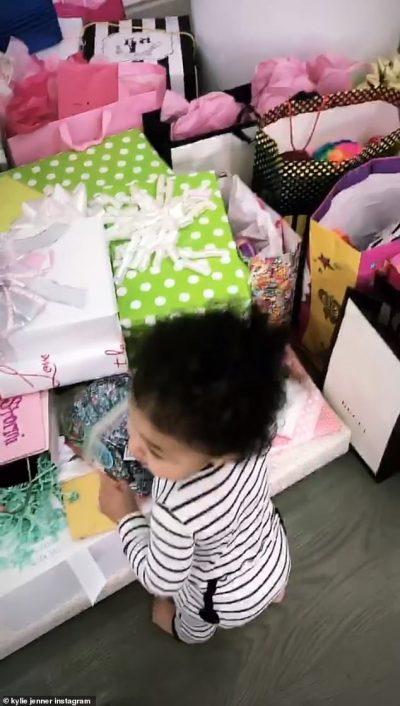 GUCCI DHE CHANEL/ Kylie Jenner zbulon dhuratat dhe ka dy fjalë për të bijën: Ti je me fat… (VIDEO)