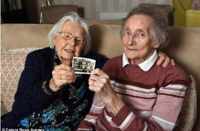 HISTORIA PREKËSE/ Fati i ribashkon pas 70 vitesh dy të moshuarit (FOTO)