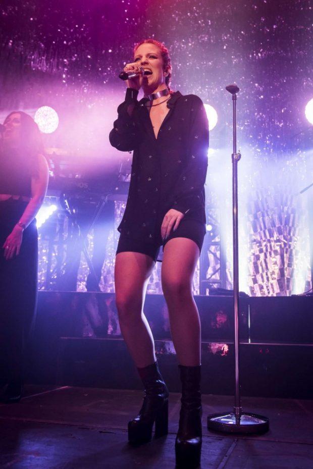 PERFORMANCA FRYMËZUESE/ Këngëtarja e njohur fshin makijazhin në mes të skenës (FOTO)