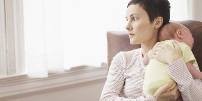 DUHET TI DALLONI TEK NËNAT  E REJA/ Këto janë 4 shenjat e depresionit pas lindjes
