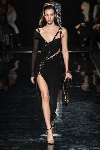 KOLEKSIONI I PRANVERËS/ Dhjetë veshje fantastike nga sfilata e fundit e Versace