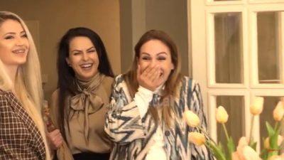 NË PRITJE TË FËMIJËS SË 4/ Moderatorja shqiptare surprizohet në mes të emisionit (VIDEO)