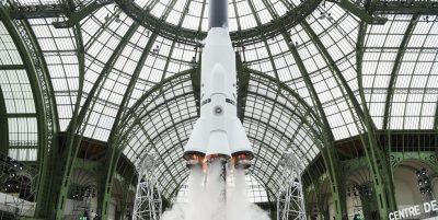 E CILËSUAN MBRETIN E MODËS/ Këto janë shfaqjet ekstravagante që Karl Lagerfeld dhuroi ndër vite (FOTO)