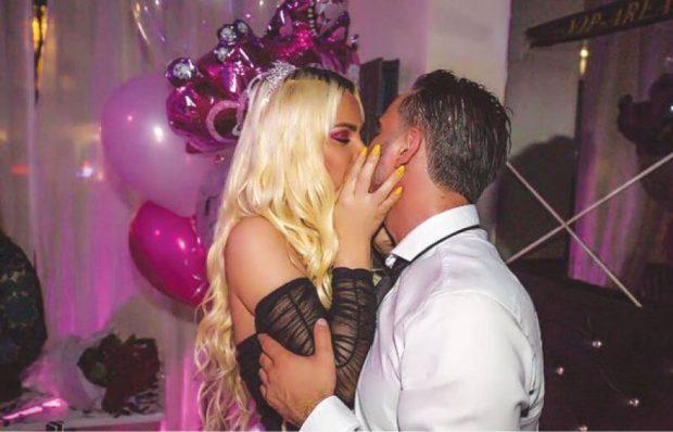 UPS! Këngëtarja e njohur ndahet nga i dashuri milioner (FOTOT)