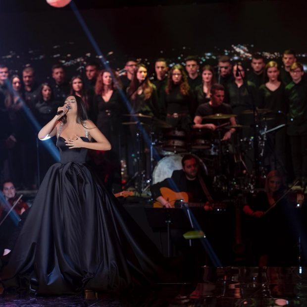 RIKTHIMI I BUJSHËM NË SKENË/ Zbulohet kush e shoqëronte Elvana Gjatën në koncertin e Prishtinës (FOTO+VIDEO)