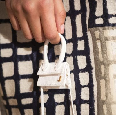 MOS U ÇUDISNI! Trendi i ri i çantave do mund të mbajë vetëm… kufjet (FOTO)