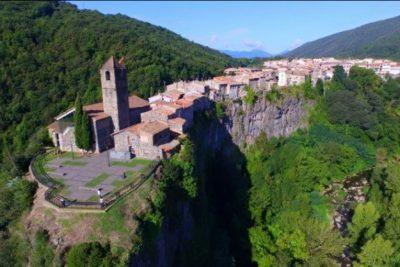 TË JETOSH APO TA VIZITOSH? Mrekullia e frikshme e një fshati në Spanjë (FOTO)