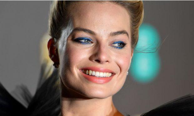 """""""ËSHTË SI LARËSE MAKINASH""""/ Fustani i Margot Robbie tek """"Baftat"""" që përcau internetin (FOTO)"""