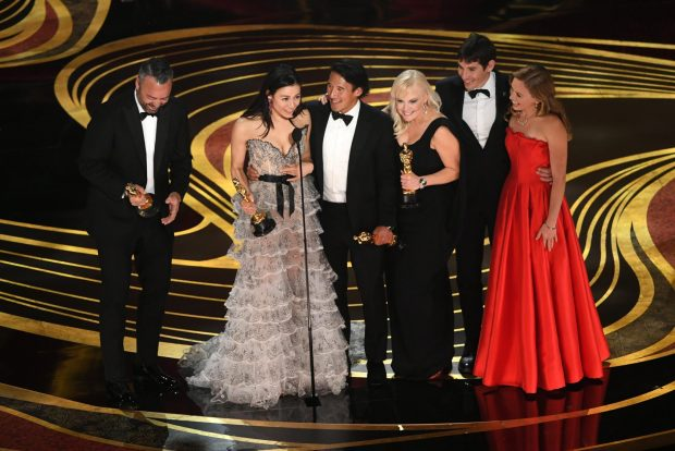 DUHET TA NJIHNI/ Regjisorja që fitoi Oscar-in ka një lidhje me Kosovën (VIDEO)