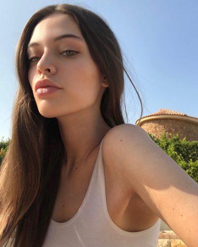 DY VITE PAS VDEKJES SË NËNËS/ Këngëtarit të njohur i ndërron jetë motra 18-vjeçare