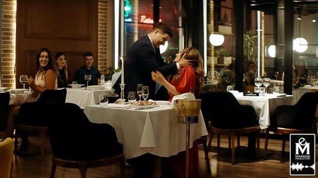 NUK DUHET HUMBUR/ Publikohet videoja e puthjes në buzë mes Ermalit dhe Elvanës