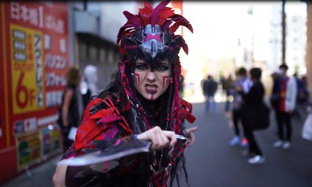 """FESTIVALI JAPONEZ/ Në rrugët e Osaka """"shëtisin"""" personazhe real dhe imagjinar (VIDEO)"""