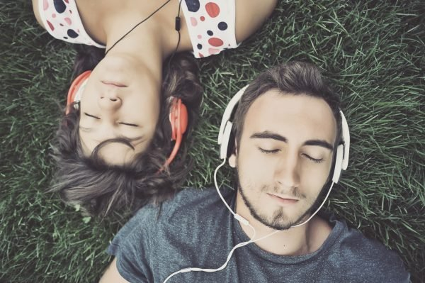 5 EFEKTET POZITIVE TË MUZIKËS/ Provoni të dëgjoni një këngë menjëherë