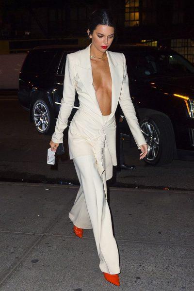 DO DUKENI NJË YLL I VËRTETË/ 5 ide si t'i kombinoni pantallonat e bardha