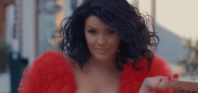 """""""E KUQE""""/ Greta Koçi publikon videoklipin e ri dhe kënga po i fikson të gjithë (FOTO+VIDEO)"""