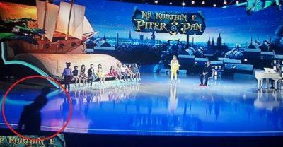 E PAPRITUR/ Fëmija tenton të hidhet nga skena e Piter Pan, alarmohet Alketa (FOTO)