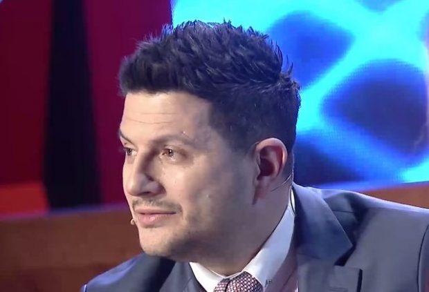 """PO SHIJON SUKSESIN E FILMIT """"2 GISHT MJALTË""""/ Ermal Mamaqi përlotet në """"Xing me Ermalin"""" (FOTO+VIDEO)"""