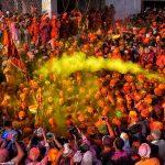 """""""ERDHI PRANVERA""""/ Brenda festivalit ku njerëzit godasin njëri-tjetrin me bojë (FOTO)"""