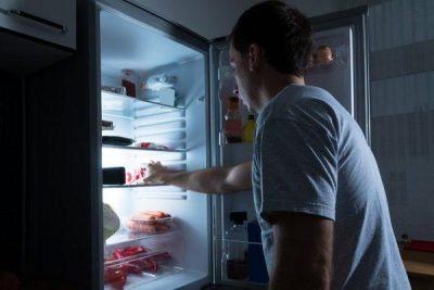 NGA PICA TEK ÇOKOLLATAT/ 5 ushqime që nuk duhet t'i konsumoni asnjëherë në orët e vona të natës