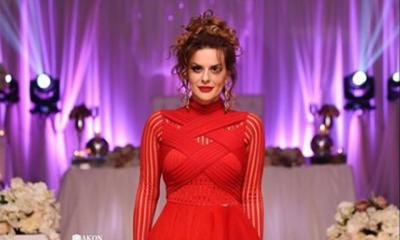 LEKU SHESHIT/ Këngëtarja shqiptare i mbledh paratë me fshesë (FOTO)