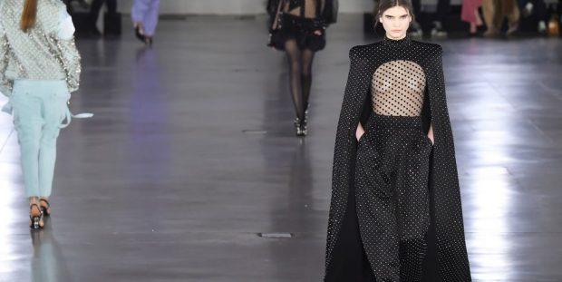 """JAVA E MODËS NË PARIS/ Balmain prezanton koleksionin e vjeshtës. Modelet shfaqen """"Topless"""""""