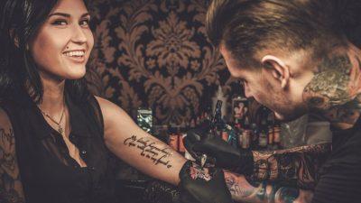 SUPERSTICIOZËT TË MBAJNË VESH/ Këto tatuazhe konsiderohen fat i keq (FOTO)