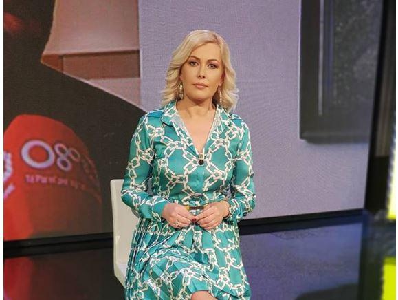 PAS VIDEOMESAZHIT PREKËS/ Moderatorja shqiptare shpërthen në lot në emision