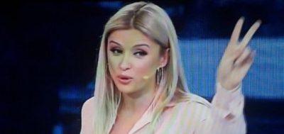 """I DOLËN SHESHIT/ Alketa Vejsiut i zbërthehet veshja live në """"Piter Pan"""" (FOTO)"""