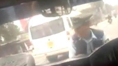 E TMERRSHME/ Donte ti vendoste gjobë, shoferi merr përpara policin (VIDEO)