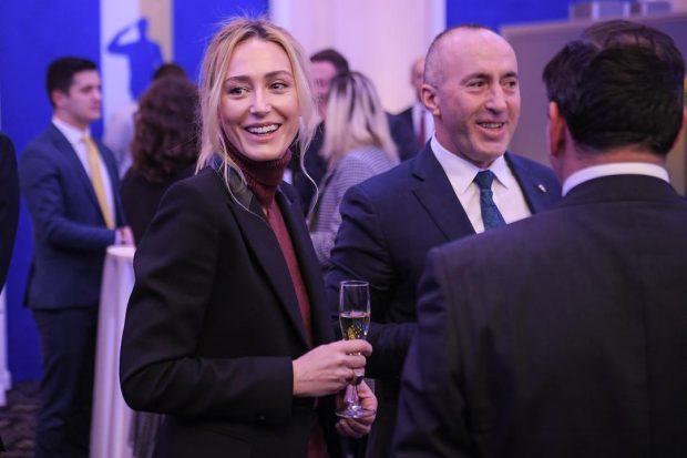DOLI NË VIDEOKLIPIN E KËNGËTARES SË NJOHUR/ Anita Haradinaj nuk njihet në imazhet e 19 viteve më parë (VIDEO)