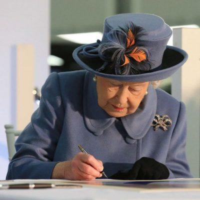 """I BËRI TË GJITHË TË DYSHOJNË/ Ja çfarë ka dashur të thotë mbretëresha me nënshkrimin """"Elizabeth R"""" (FOTO)"""