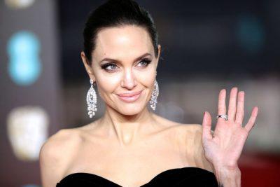 E RRETHUAR NGA FËMIJËT/ Angelina Jolie shkëlqen në tapetin e kuq me fustanin super elegant