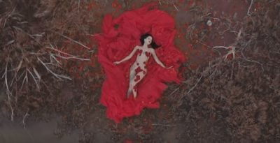PUBLIKOI KËNGËN E RE/ Dafina Zeqiri e shtrirë nudo mbi petale trëndafili (VIDEO)