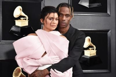 PAS FJALËVE PËR TRADHËT/ Kylie Jenner dhe Travis Scott fotografohen duke drekuar me vajzën