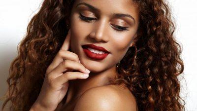 DISA KËSHILLA NGA SPECIALISTËT/ Si të kemi flokë të bukur dhe shëndetshëm?