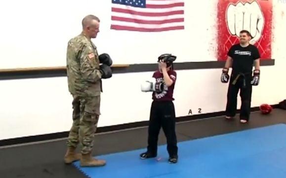 MOMENTI EMOCIONUES/ Djali takon babain e tij pas 10 muajsh (VIDEO)