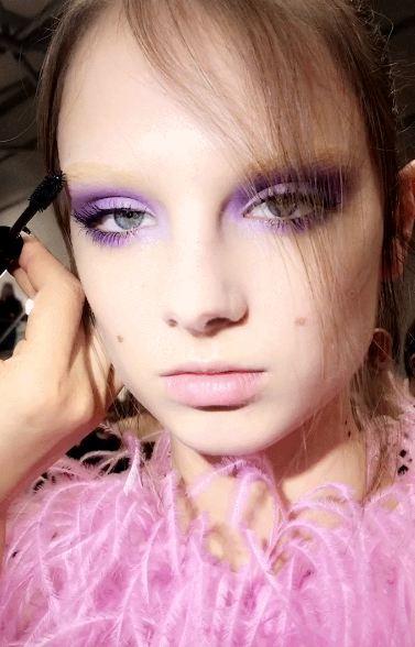 """SIPAS SHFAQJES SË VALENTINOS/ Kështu do aplikohet """"make up-i"""" në të ardhmen (FOTO)"""