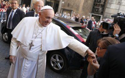 NUK LEJON ASNJË QË TI PUTHIN DORËN/ Zbulohet misteri i Papa Franceskut (VIDEO)