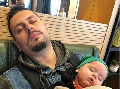 JETË BABAI/  Aktori i njohur i humorit poston foton epike me të birin