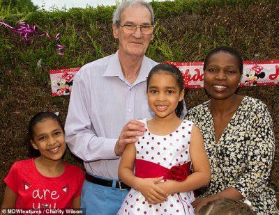 PAS TRE JAVËSH NJOHJE/ Gruaja me dy vajza pranon propozimin e burrit 32 vjet më të madh
