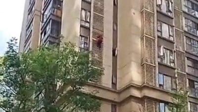 """90 VJEÇAREN E MBYLLIN NË SHTËPI/ E moshuara """"fluturon"""" nga kati i 10-të (FOTO)"""