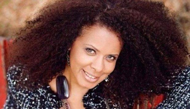 HERA E PARË/ Hueyda El Saied i bën flokët e drejta dhe nuk njihet më (FOTO)